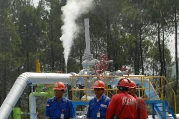 Sejumlah pekerja berdiri di depan sumur uap di lokasi Pembangkit Listrik Tenaga Panas Bumi (PLTP) Kamojang, Bandung, Jawa Barat, Jumat (13/11/2013). - Antara/Prasetyo Utomo