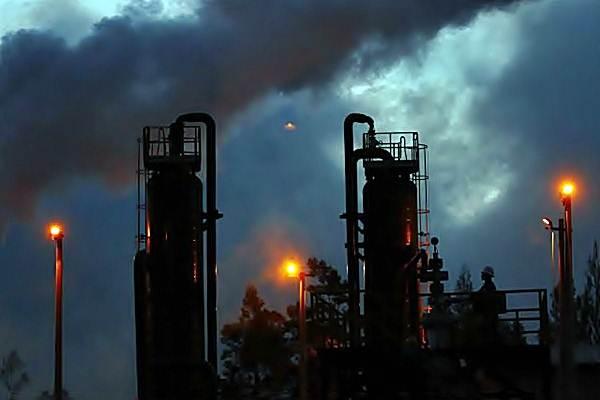 Petugas melakukan pengecekan instalasi sumur Pembangkit Listrik Tenaga Panas Bumi PT Geo Dipa Energi (Persero) unit Dieng di Wonosobo, Jawa Tengah, Senin (24/7). - JIBI/Dwi Prasetya