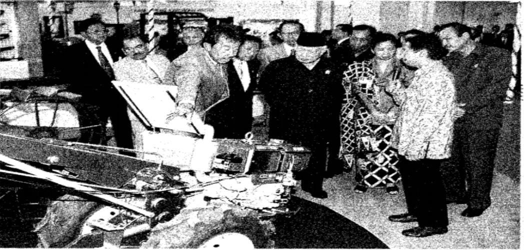 Presiden Soeharto didamping Preskom PT Astra International Mohamad Bob Hasan meninjau ruang pamer di Gedung Pusat Pengembangan Manajemen Astra selepas peresmian 11 Maret 1997. - Dok.Bisnis Indonesia