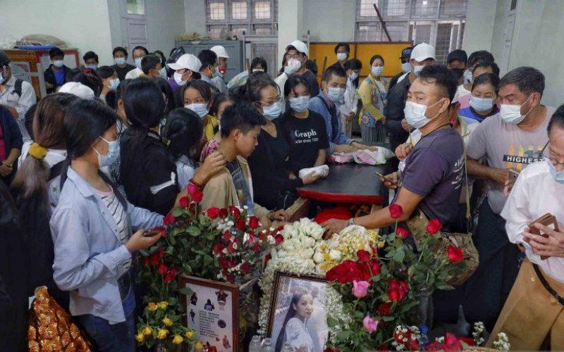 Sejumlah orang menghadiri proses pemakaman Kyal Sin (19) alias Angel, seorang pengunjuk rasa yang tewas tertembak oleh pihak militer saat berunjuk rasa menentang kudeta militer di Mandalay, Myanmar, Kamis (4/3/2021)/Antara Foto/Reuters-Stringer - wsj.