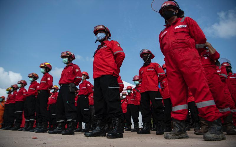 Petugas pemadam kebakaran yang dikerahkan APP Sinar Mas untuk mencegah karhutla di Sumatra Selatan.  - Istimewa