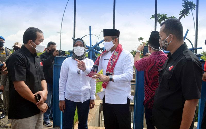 Wali Kota Jakarta Timur (ketiga kiri) tampak bersama Ketua Komisi D DPRD DKI Ida Mahmudah (kedua kiri) dan General Manager Town Management & High Rise Jakarta Garden City (paling kanan) berpose bersama saat prosesi penyerahan sodetan untuk mengalirkan air dari Jakarta Garden City menuju Kanal Banjir Timur. - Istimewa