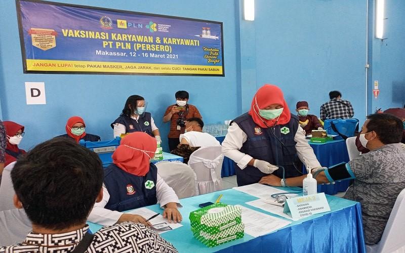 PLN Unit Induk Wilayah (UIW) Sulselrabar melakukan vaksinasi Covid-19 terhadap 1.879 orang. Vaksinasi tersebut terbagi atas 1.020 pegawai dan 859 Tenaga Ahli Daya atau TAD Region Makassar - Bisnis // Andini Ristyaningrum