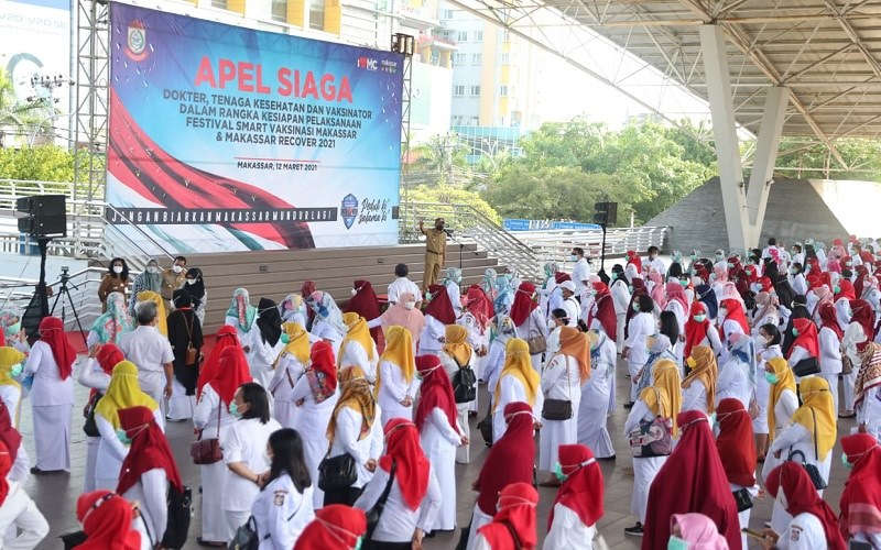 Wali Kota Makassar, Moh Ramdhan Pomanto saat memimpin apel siaga menuju Festival Smart Vaksin yang dihadiri tenaga kesehatan dari 47 puskesmas se-kota Makassar, di Lapangan Karebosi, Makassar, Jumat (12/3 - 2021).