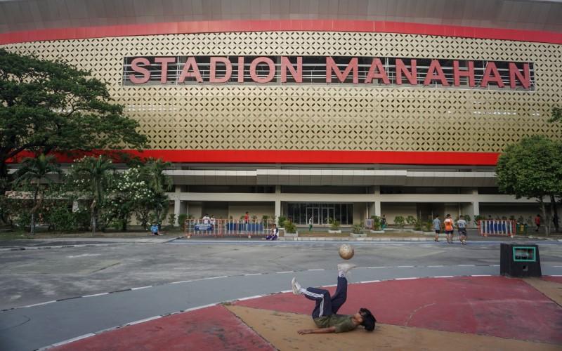 Warga berolahraga di kawasan Stadion Manahan, Solo, Jawa Tengah, Selasa (1/9/2020). Komplek Stadion Manahan kembali dibuka untuk aktifitas warga berolahraga setelah sebelumnya ditutup akibat Covid-19. - Antara / Mohammad Ayudha.