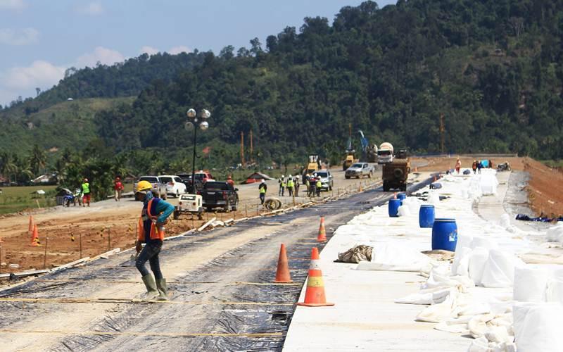 Pekerja beraktivitas  di jalan tol Trans Sumatra ruas Padang - Pekanbaru Seksi Padang - Sicincin yang hingga kini progresnya baru mencapai 37,989 persen dari panjang pengerjaan untuk seksi Padang - Sicincin 36,2 kilometer, Sabtu (13/3/2021). - Bisnis/Noli Hendra