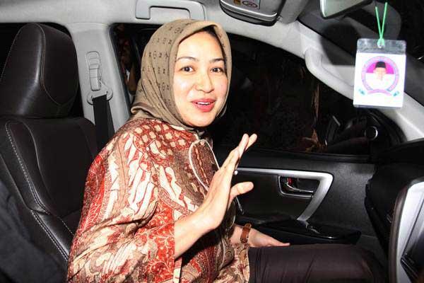 Wali Kota Tangerang Selatan Airin Rachmi Diany memasuki kendaraan seusai melakukan audensi, di gedung KPK, Jakarta, Kamis (18/1). - ANTARA/Reno Esnir