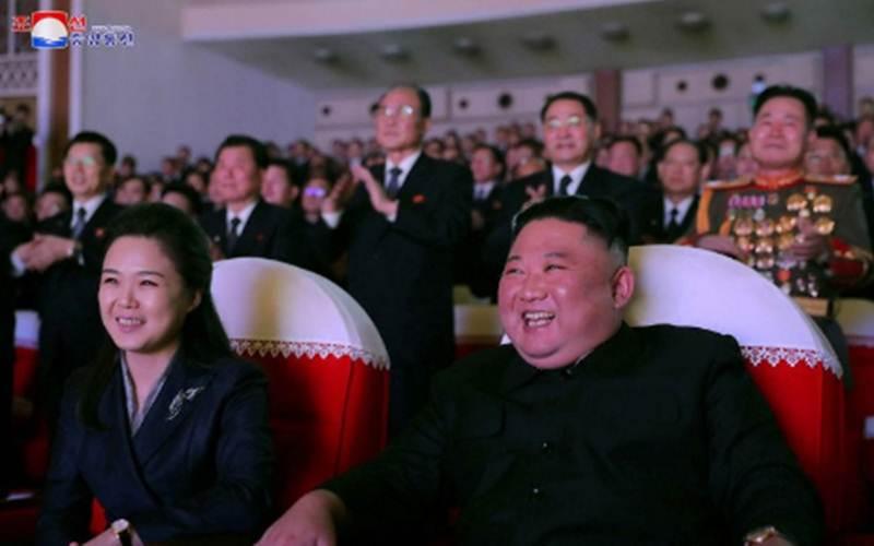 Pemimpin Korea Utara Kim Jong-un dan istrinya Ri Sol-ju saat menonton pertunjukan untuk memperingati Hari Bintang Bersinar, hari ulang tahun mendiang Kim Jong-il, di Teater Seni Mansudae di Pyongyang, Korea Utara dalam foto tanpa tanggal yang dirilis Agensi Berita Sentral Korea (KCNA), Rabu (17/2/2021)./Antara - KCNA via Reuters