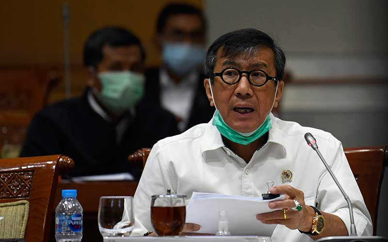 Menteri Hukum dan Hak Asasi Manusia Yasonna Laoly mengikuti rapat kerja bersama Komisi III DPR di Kompleks Parlemen Senayan, Jakarta, Senin (22/6/2020). Raker tersebut membahas persiapan kenormalan baru di lembaga pemasyarakatan (LP) dan Imigrasi. ANTARA FOTO - Puspa Perwitasari