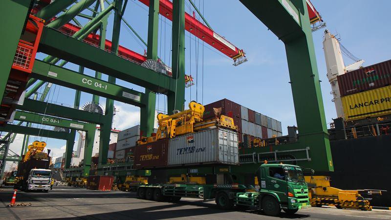 Sejumlah truk mengantre muatan peti kemas di Terminal Teluk Lamong, Surabaya, Jawa Timur, Kamis (13/2/2020). -  ANTARA / Didik Suhartono