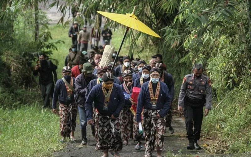 Prosesi Upacara Adat Labuhan Gunung Merapi Hanya Diikuti Abdi Dalem dan Juru Kunci - Antara