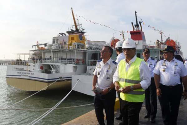Menteri Perhubungan Budi Karya Sumadi (ketiga kanan) meninjau pelabuhan yang berada di kawasan industri terpadu Java Integrated Industrial and Ports Estate (JIIPE), Gresik, Jawa Timur, pada Kamis (8/3/2018). Kunjungan tersebut dalam rangka meninjau kesiapan peresmian JIIPE yang akan diresmikan Presiden Joko Widodo pada Jumat (9/3/2018). - Antara/Zabur Karuru