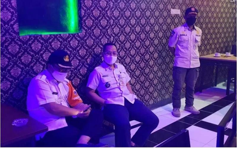 Petugas Kecamatan Cilandak mendatangi tempat hiburan Karaoke Reef yang kedapatan melanggar Pembatasan Sosial Berskala Besar (PSBB) Transisi Fase I. Tempat karaoke ini dikenai sanksi denda sebesar Rp25 juta, Rabu (8/7/2020). - Antara