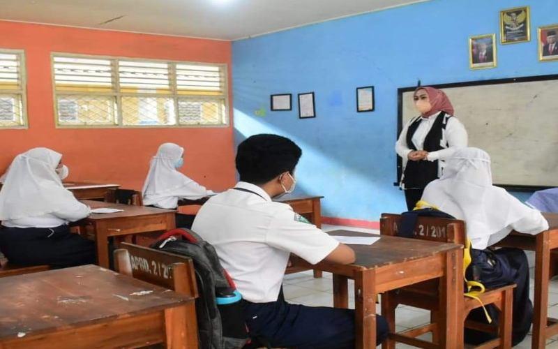 Bupati Karawang Cellica Nurrachadiana melakukan pengecekan ke beberapa sekolah di Kecamatan Tempuran, Karawang, Jawa Barat, terkait kesiapan untuk pembelajaran tatap muka - Bisnis - Asep Mulyana