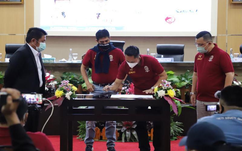 Gubernur Sumsel Herman Deru (kiri) menyaksikan Nilmaizar (kedua kiri) dan manajemen Srwijaya FC menandatangani kontrak kepelatihan. - Istimewa