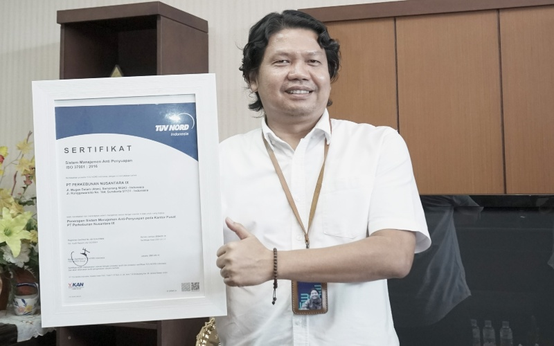 Direktur PTPN IX Tio Handoko menunjukkan sertifikat ISO 37001:2016 Sistem Manajemen Anti Penyuapan (SMAP) dari lembaga sertifikasi TUV NORD. (Foto: Istimewa)