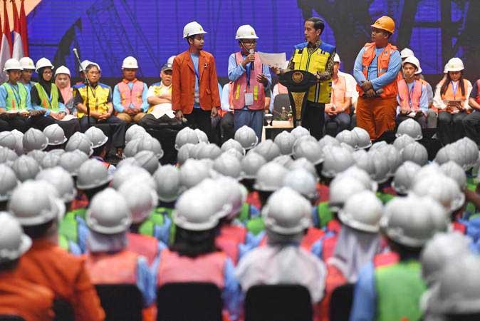 Presiden Joko Widodo (kedua kanan) berdialog dengan pekerja konstruksi saat peluncuran sertifikat elektronik tenaga kerja konstruksi Indonesia di Istora Senayan, Jakarta, Selasa (12/3/2019). - ANTARA /Akbar Nugroho Gumay