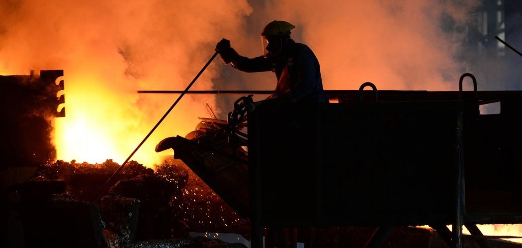 Suasana di smelter milik PT Timah Tbk. (TINS) di Mentok, Bangka, Indonesia, Selasa (19/11/2013). - Bloomberg/Dimas Ardian