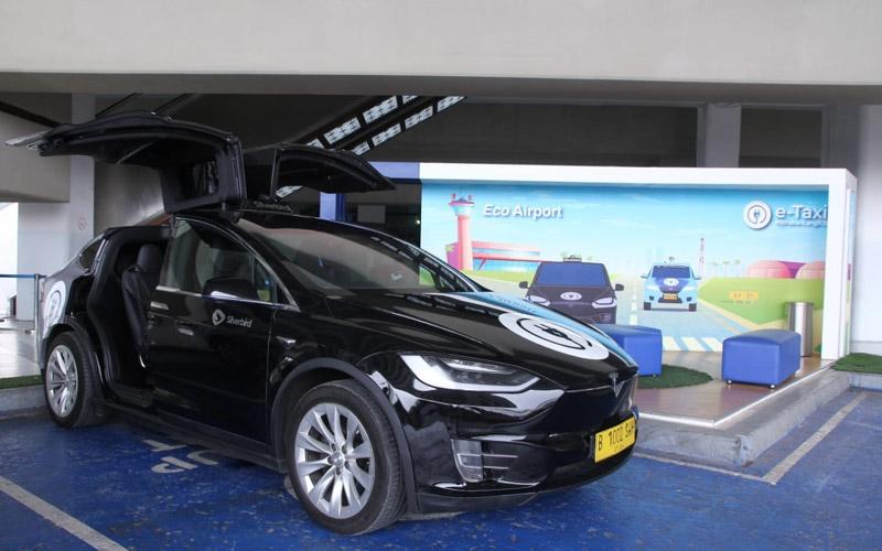 Mobil taksi Tesla yang dioperasikan oleh Blue Bird di Bandara Soekarno-Hatta.  - Dok. Angkasa Pura II