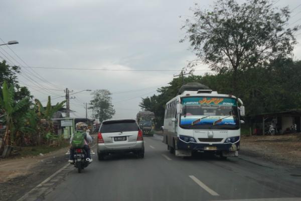 Suasana pada H-2 Lebaran di jalur lintas timur Sumatra wilayah Kabupaten Pesawaran Lampung, Rabu (15/7/2015). - Bisnis/Akhirul Anwar