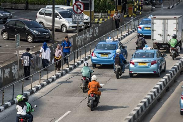 Ilustrasi - Pejalan kaki berjalan di trotoar kawasan Sudirman, Jakarta, Senin (18/4). - Antara