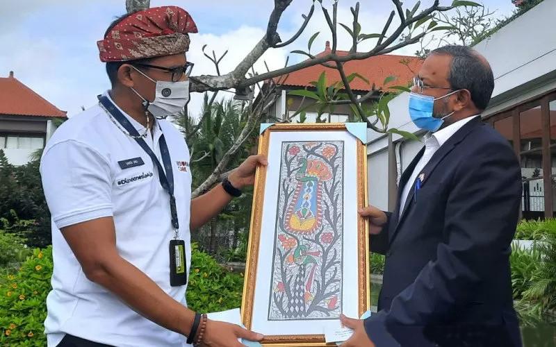 Menteri Pariwisata dan Ekonomi Kreatif (Menparekraf) Sandiaga Salahuddin Uno (kiri) menyerahkan cendera mata kepada Duta Besar India untuk Indonesia, Shri Manoj Kumar Bharti di Badung, Rabu (17/3/2021)  - ANTARA