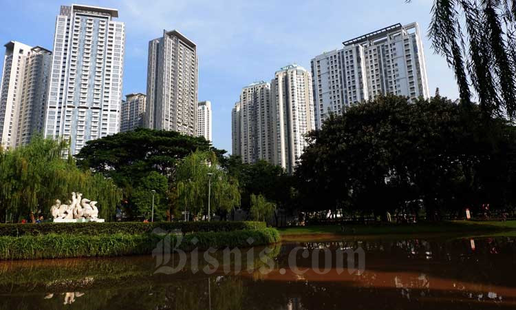 Bangunan gedung apartemen berdiri di dekat taman kota di Jakarta./Bisnis - Dedi Gunawan