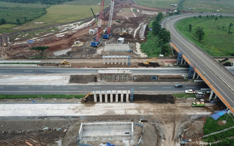 Proses pemasangan girder di KM 158 akses tol Bandara Kertajati - Istimewa