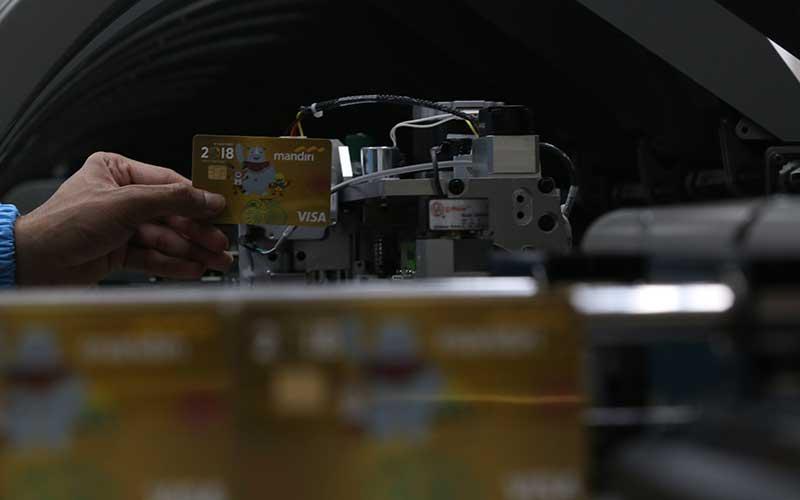 Petugas sedang mengawasi pencetakan kartu kredit edisi Asian Games 2018 di Unit Pembuatan Kartu Bank Mandiri, Jakarta, Rabu(28/2). Bisnis - Abdullah Azzam