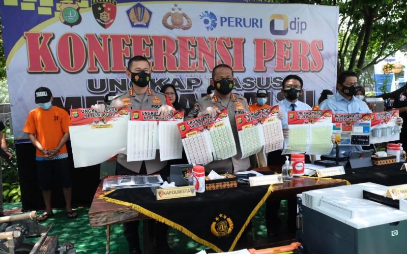 Direktorat Jenderal Pajak (DJP) bekerja sama dengan Polda Metro Jaya dan Perum Percetakan Uang Republik Indonesia (Peruri) mengungkap praktik pemalsuan meterai - Istimewa
