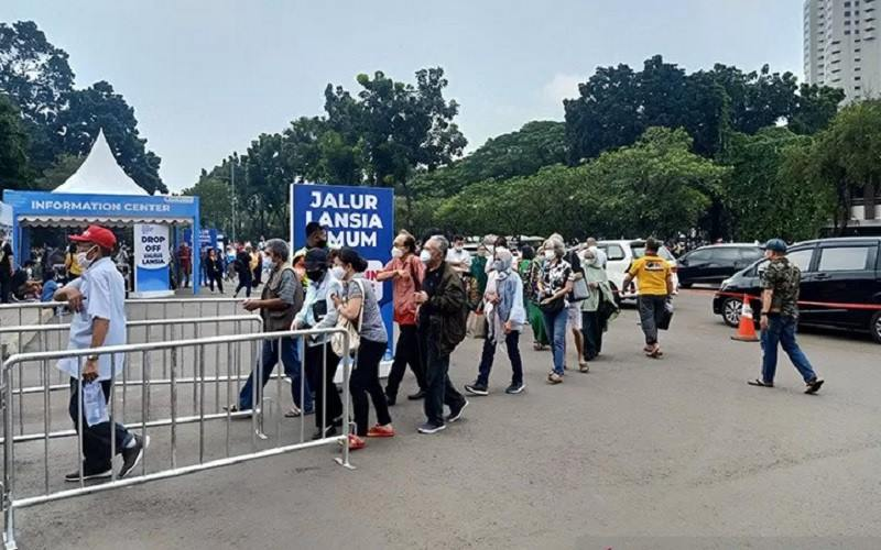 Peserta vaksinasi Covid-19 lansia dan pegawai BUMN di GBK, Jakarta mengantre di pintu masuk pelayanan, Selasa (16/3/2021). - Antara