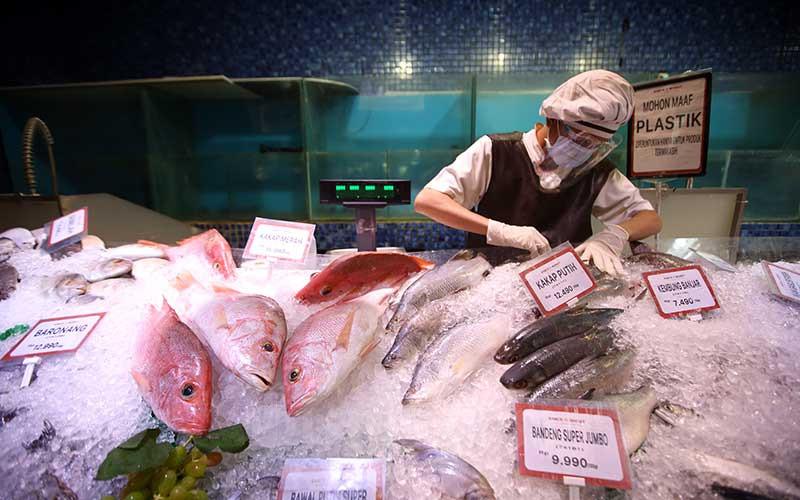 Karyawan menata ikan segar yang di pajang di salah satu super market di Jakarta, Rabu (9/9/2020). Bisnis - Abdullah Azzam