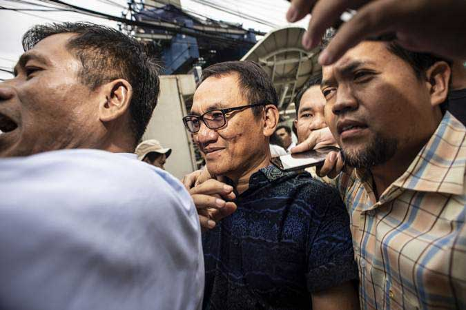 Mantan Wasekjen Partai Demokrat Andi Arief (tengah) bergegas saat akan menjalani proses rehabilitasi di Kantor Badan Narkotika Nasional (BNN), Cawang, Jakarta, Rabu (6/3/2019). - ANTARA/Aprillio Akbar