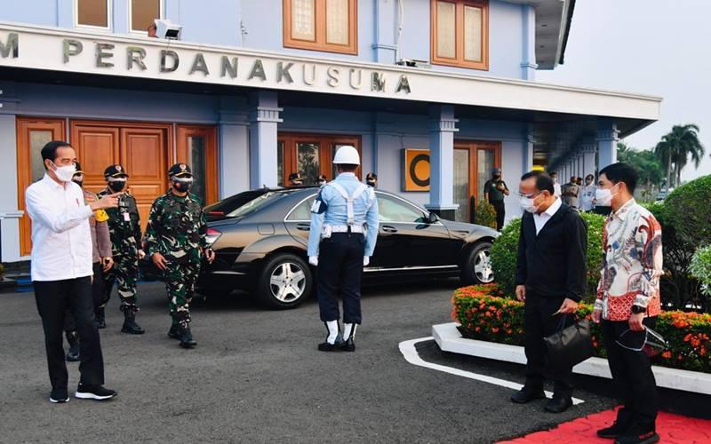 Presiden Joko Widodo bersama rombongan terbatas lepas landas dari Pangkalan TNI AU Halim Perdanakusuma, Jakarta, Kamis (18/3/2021) menuju Provinsi Sulawesi Selatan. - Biro Pers Sekretariat Presiden/Laily Rachev