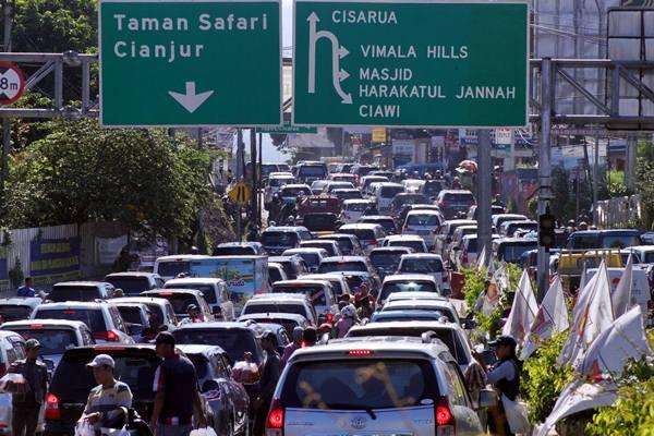 Kendaraan antre memasuki jalur wisata kawasan Puncak, Gadog, Kabupaten Bogor, Jawa Barat, Selasa (28/3). - Antara/Yulius Satria Wijaya