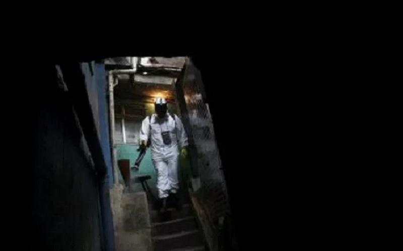 Thiago Firmino secara sukarela melakukan disinfeksi gang-gang daerah kumuh di Santa Marta saat penyebaran penyakit Covid-19 di Rio de Janeiro, Brasil, Sabtu (13/3/2021). - Antara/Reuters\r\n