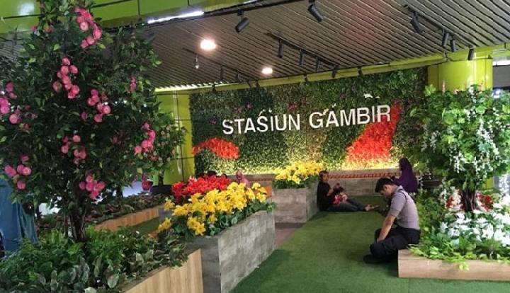 Ruang tunggu bernuansa taman bunga yang nyaman dan berwarna-warni di Stasiun Gambir - Antara