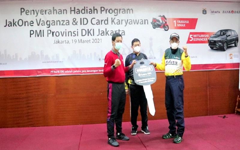Penyerahan hadiah JakOne Vaganza dilakukan secara simbolis oleh Direktur Utama Bank DKI Zainuddin Mappa kepada Ketua PMI DKI Jakarta Rustam Effendi, Jumat (19/3/2021)  -  Bank DKI