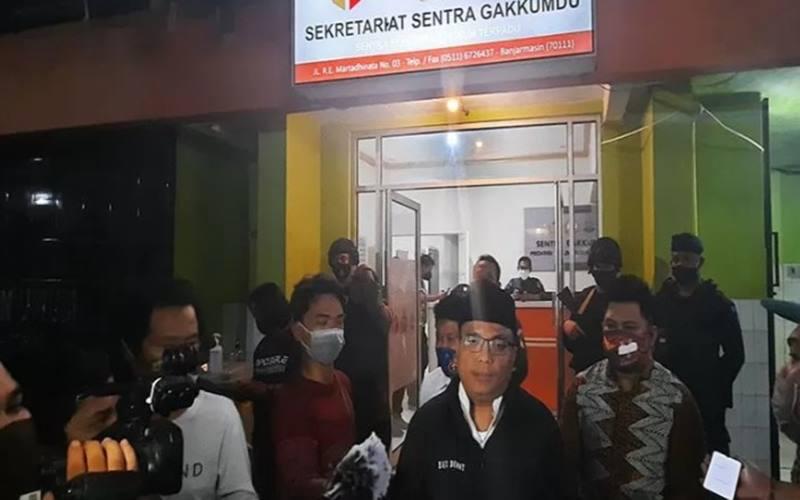 Calon gubernur Kalimantan Selatan (Cagub Kalsel) nomor urut 02 Denny Indrayana saat berada di Sentra Gakkumdu kantor Bawaslu Kalsel, Selasa (3/11/2020) malam. - antara
