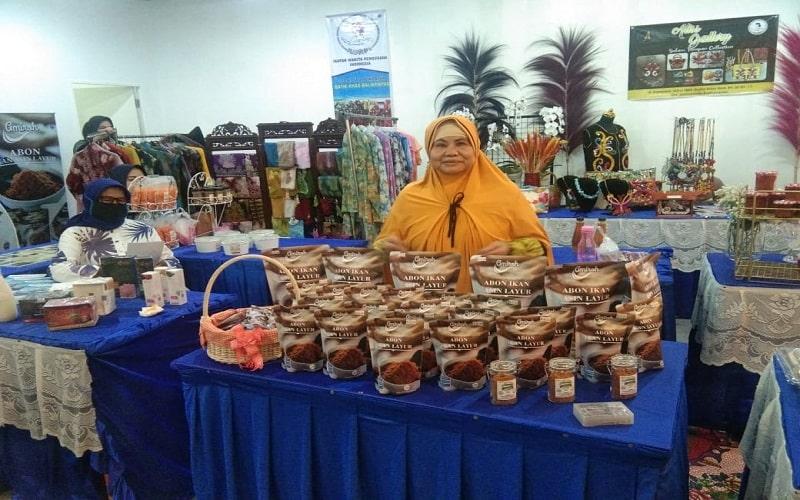 Tati Kartati dengan produk Abon Ikan Asin Layur yang menjadi produk unggulan dalam UMKM binaan Pertamina. - Istimewa.