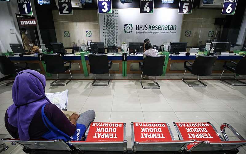 Peserta BPJS antre di Kantor BPJS Kesehatan, Proklamasi, Jakarta, Selasa (8/9/2020). - ANTARA FOTO/Rivan Awal Lingga