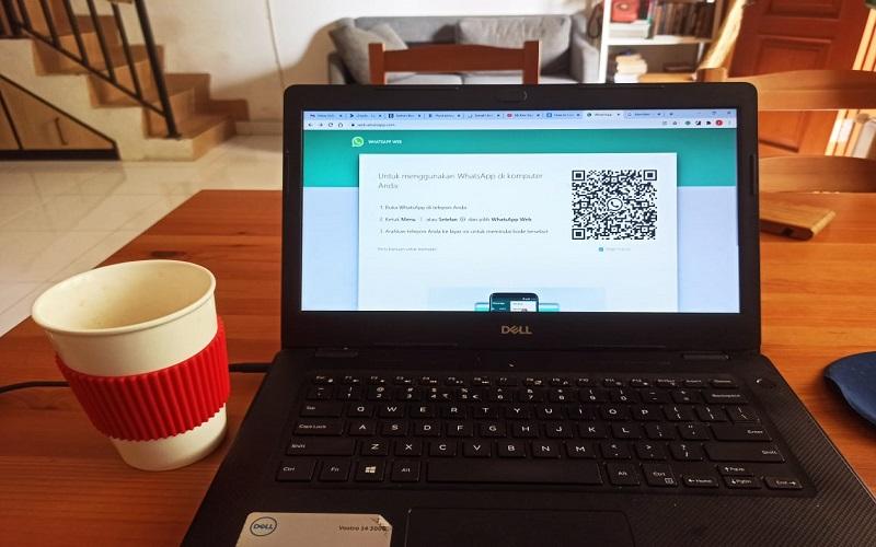 Ilustrasi penggunaan WhatsApp Web di laptop. - Bisnis / Feni Freycinetia