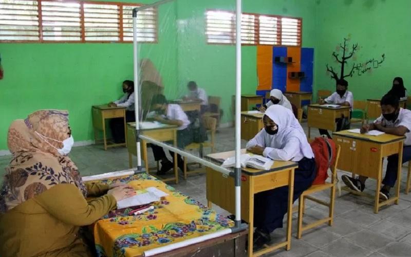 Suasana kegiatan belajar mengajar di Sekolah Menengah Pertama (SMP) Negeri 13 Bagan Besar Duma pada masa pandemi Covid-19 di Riau, Selasa (16/3/2021). - Antara\r\n
