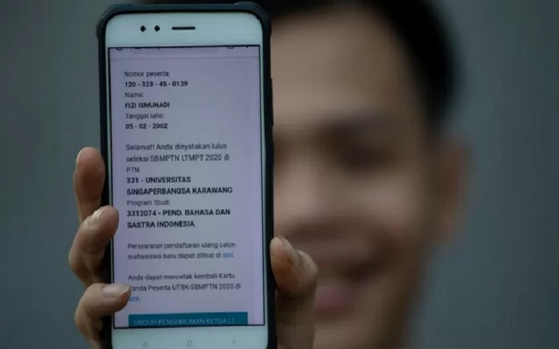 Seorang lulusan SMA menunjukkan informasi hasil Seleksi Bersama Masuk Perguruan Tinggi Negeri (SBMPTN) 2020 di Depok, Jawa Barat, Jumat (14/8/2020). - Antara