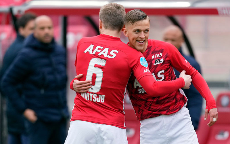 Pemakin depan AZ Alkmaar Jesper Karlsson (kanan) selepas menjebol gawang PSV Eindhoven, merayakannya bersama Fredrik Midtsjo. - Twitter@AZAlkmaar