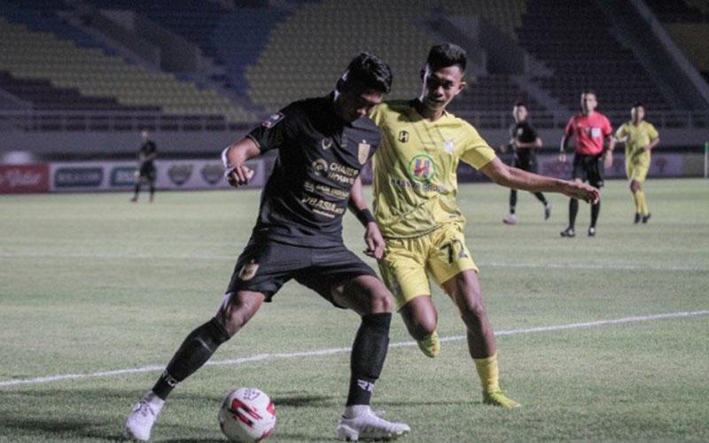 Pemain PSIS Semarang Rio Saputro (kiri) berebut bola dengan pemain Barito Putera Kahar Kalu (kanan) pada pertandingan Piala Menpora di Stadion Manahan, Solo, Jawa Tengah, Minggu (21/3/2021). - Antara