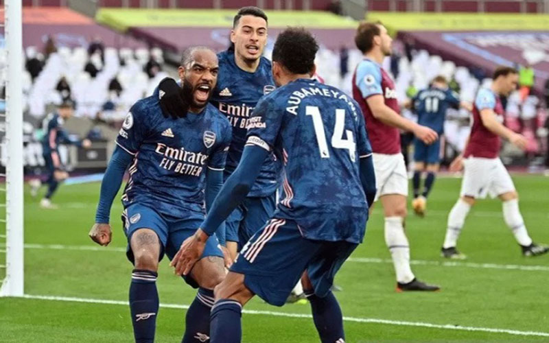 Penyerang Arsenal Alexandre Lacazette (kiri) melakukan selebrasi bersama rekan-rekannya selepas mencetak gol penyama kedudukan kontra West Ham United./Antara - Reuters