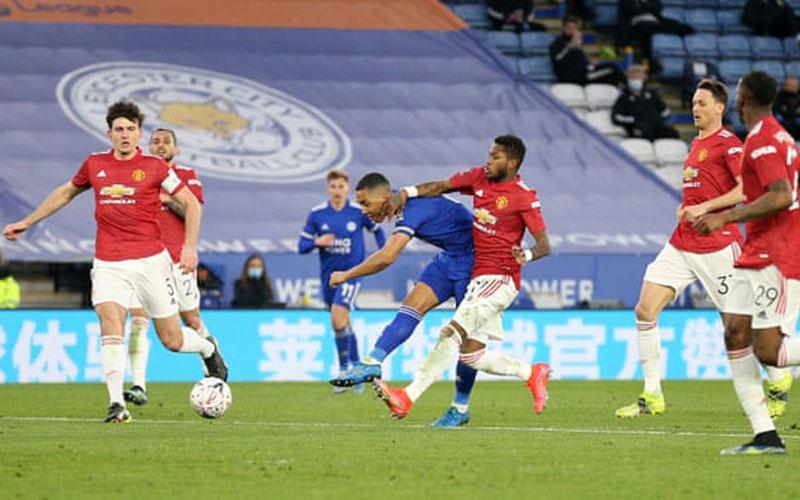 Pemain Leicester City Yoeri Tielemans (tengah) melepas tendangan yang menghasilkan gol kedua timnya ke gawang Manchester United. - The Guardian