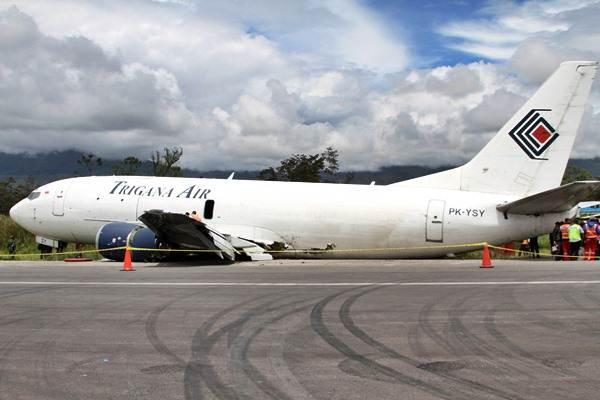 Petugas memeriksa pesawat kargo Trigana Air Sevice yang tergelincir saat mendarat pukul 07.33 WIT di Bandara Wamena, Kabupaten Jayawijaya, Papua, Selasa (13/9). - Antara/Iwan Adisaputra