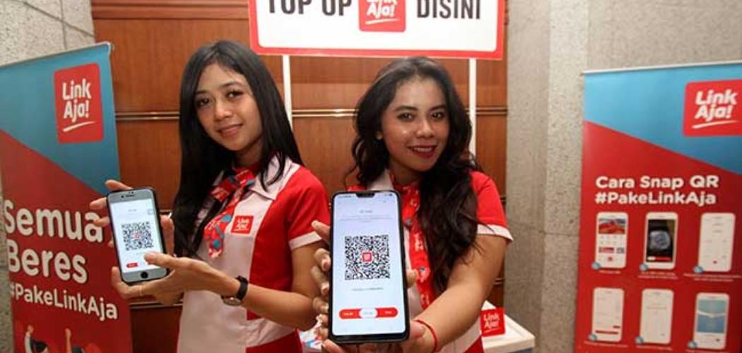Sales Promotion Girl (SPG) menunjukkan aplikasi LinkAja di Jakarta. - Bisnis/Arief Hermawan P